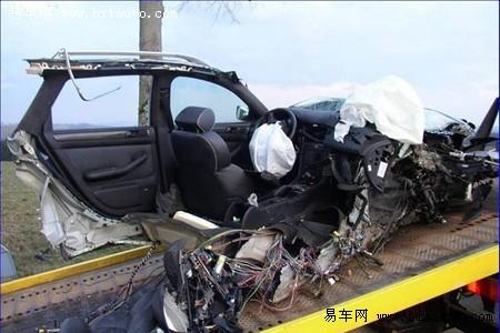 奥迪rs4车祸报废车主毫发无损高清图片