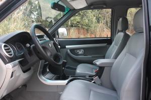 霸道SUV前排空间图片