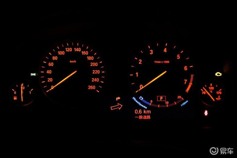 【宝马5系2011款530i旅行车仪表盘背光显示汽车图片