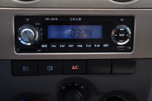 东风小康V27中控台音响控制键图片
