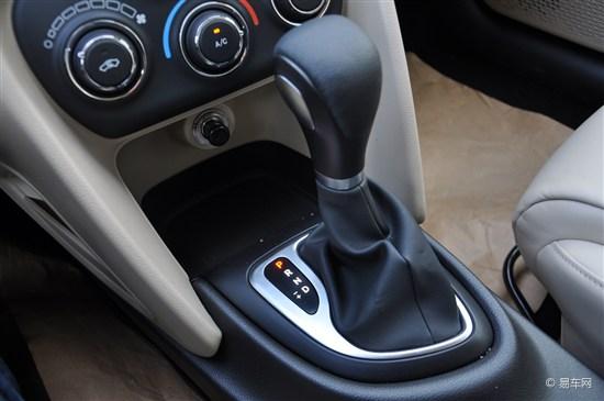 喷油孔中喷出的燃油,多孔喷油嘴能够让燃油雾化程度到达最理高清图片