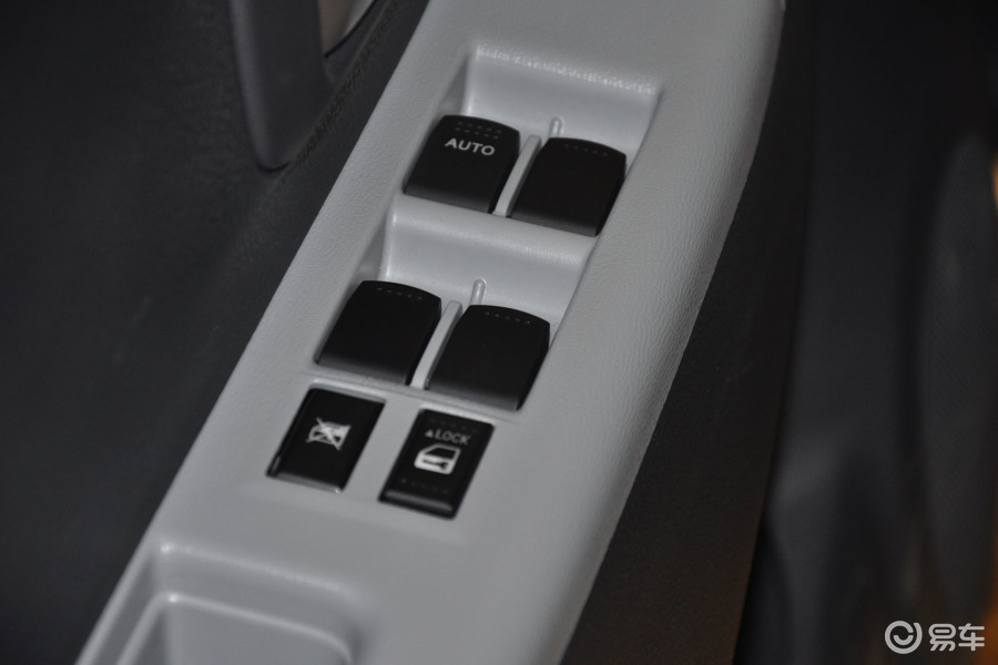【新奥拓2013款1.0l 手动 豪华型 影音版车窗升降键