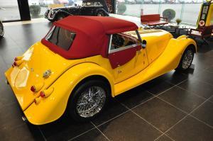 摩根Roadster后45度(车头向右)图片
