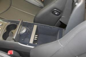 Q60前排中央扶手箱空间