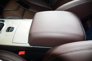 X7前排中央扶手箱