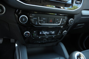 吉利远景SUV              中控台音响控制键