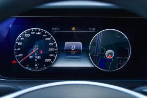 奔驰E级仪表盘背光显示图片