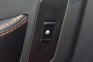 BJ402016款 2.0T 手动四驱尊贵版 外观熔岩红 内饰黑色