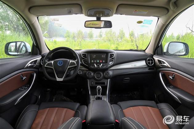 不过在配置方面,宋EV300倒是非常丰富。新车配备了全景天窗、360°全景影像、Carpad多媒体系统、记忆联动系统、TPMS胎压监测系统、BOS刹车优先系统、定速巡航等。
