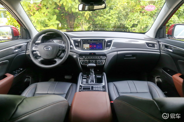 GS7在内饰设计方面也与GS8保持了相同的造型,中控面板向驾驶席偏移的布局更具有便利性。在配备方面,GS7将配有全景天窗、真皮座椅、智能适时四驱、In-Joy互联等功能。