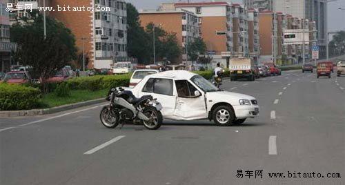 美国摩托撞毁国产夏利轿车 天津车祸现场