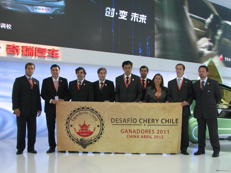 奇瑞汽车股份有限公司董事长尹同跃与海外经销商亲切握手高清图片