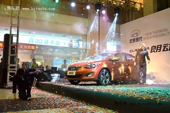 """福州上市发布会在万象城举行 朗动是北京现代为新崛起的主流消费人群量身打造的车型,在世界一流工厂——北京现代第三工厂生产。与同级别竞争车型相比,朗动在外观、空间、配置、安全、动力五个方面拥有强大优势。从今年4月在北京车展的""""中国首秀""""开始,就凭借""""外观最炫""""、""""轴距最长""""、""""配置最全""""、""""档位最多""""引发业界和消费者的高度关注。  吉诺集团北京现代事业部总经理李立洪先"""