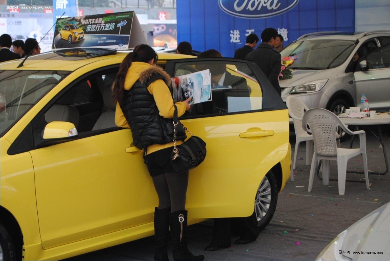 """2013年3月16日,在镇江体育场""""3.15""""车展上,众多汽车品牌齐聚一堂,计划买车的朋友们都在许多车型面前徘徊,想为自己购买一辆经济实惠的爱车。 沃尔沃镇江世贸泰信4S店全系车型出动,车展现场更是做出了大幅度的优惠,吸引了众多人士前来咨询。      东风日产镇江天安达4S店在车展现场用风铃与红包布置了浪漫基调的展位,让顾客们在买车的同时还能体会到店内工作人员的贴心与温暖,同时,车展现场,东风日产还给出了大幅度的让利,喜欢的朋友赶紧咨询吧!     福特镇江福联4S店热闹非凡,订"""