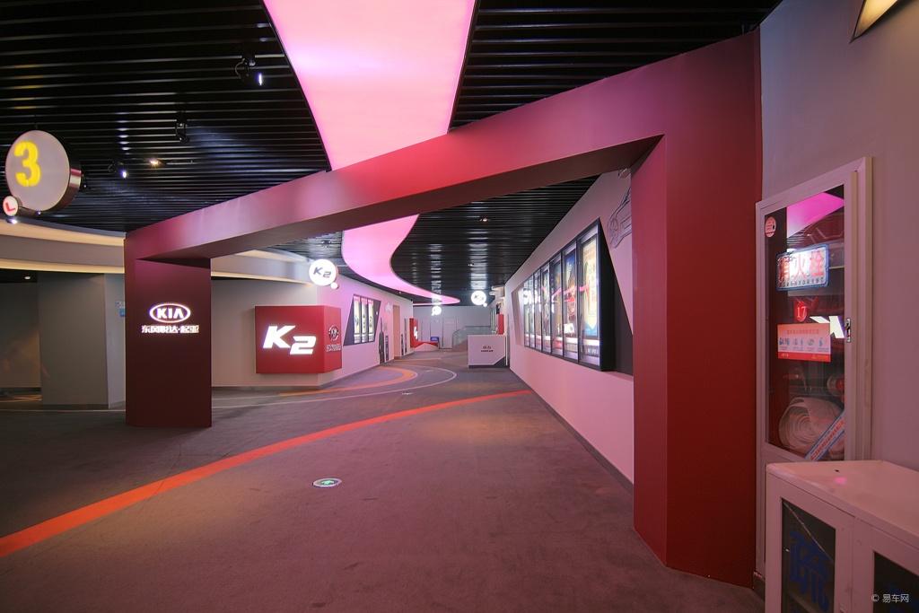 你会发现,放映厅的入口,转角,墙面,不再是中规中矩的海报,跃入眼帘