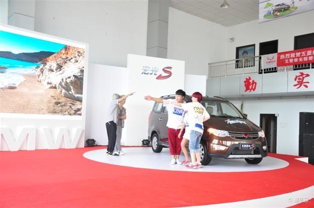 上汽通用五菱宏光S上市 售价6.18万起高清图片
