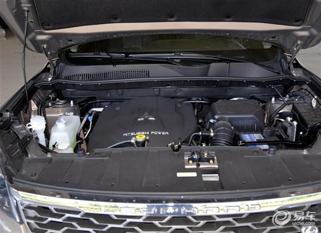 """""""猎弓""""设计概念 侧面运用了""""猎弓""""的设计概念,高腰线和窄车窗营造出出色的动感效果。车身尺寸方面,长宽高分别为4663mm/1875mm/1700mm,轴距为2700mm,与长安CS75处于同一水平,比哈弗H6多2公分,从而空间更大,舒适性更强。 """"箭羽式""""轮毂 与之搭配的是""""箭羽式""""五幅轮毂,与猎弓的侧面造型遥相呼应,侧面整体视觉感非常好;轮胎使用的是规格为225/60 R18的万力胎,与目前SUV市场上普"""