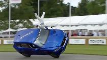 全新捷豹F-PACE 秀两轮侧立驾驶特技