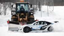 丰田86挑衅铲雪车 冰天雪地绕圈漂移