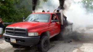 汽车暴徒原地烧胎 烟筒排气管齐冒大烟