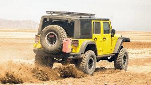 改装版Jeep牧马人爬山