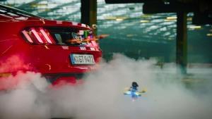 无人机大闹福特停车场 烧胎漂移秀绝技