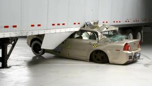 IIHS半挂车侧面撞击测试 比追尾还致命