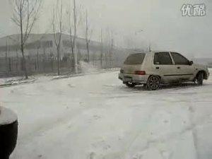 雪地里的乡间小路上夏利疯狂漂移