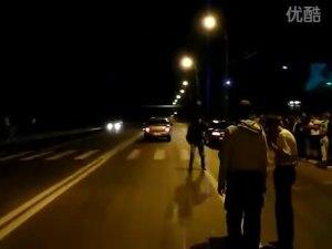 国外车友夜晚自行举办地下飙车