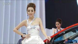 2011广州车展 起亚K2车模彭梦表情丰富