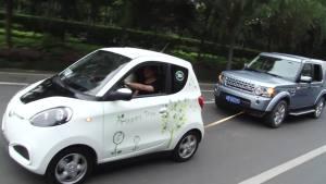 众泰知豆电动小车 牵引路虎发现狂奔