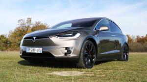 特斯拉Model X 吸睛鹰翼门帅气逼人