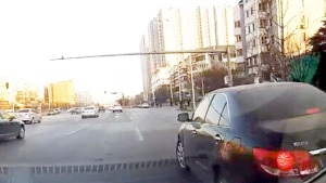 挤到你前面然后停车真不知道这司机怎么想的