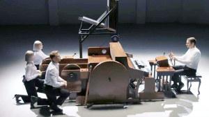 丰田插电式混合动力车 创意展示弹钢琴