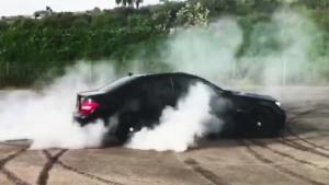 奔驰C63 AMG狂暴烧胎 画圈漂移冒浓烟