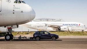 保时捷卡宴拖动285吨A380客机 创新纪录