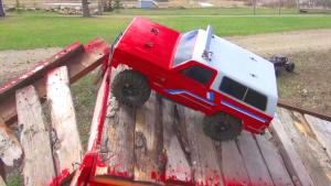 雪佛兰开拓者遥控车 复杂地形任性爬坡