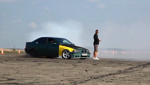 宝马E36 325i烧胎表演 老司机大秀车技
