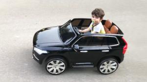 不亦乐乎 萌娃体验沃尔沃XC90玩具车