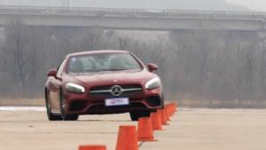 奔驰SL400跑车 18米绕桩道路测试