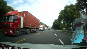 大车逆向行驶太恐怖,还好我开的慢