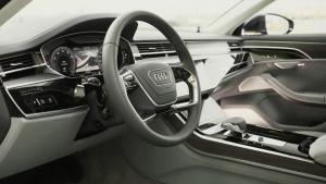 全新一代奥迪A8 采用四辐式方向盘设计