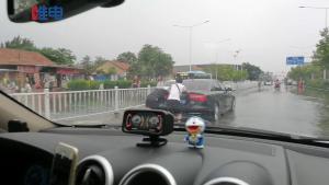 在暴雨积水中辛苦推车的车主们很郁闷:比亚迪你凭什