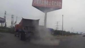 淡定的大货司机 爆胎了还开着走