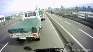 七辆车追击车祸,重机骑士惊险逃过一劫,差点变成夹