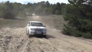 Hummer H2 vs丰田LC 200 4,5