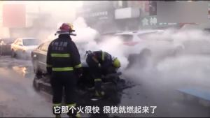 司机玩手机没发现车着火 多亏路人敲窗才躲过一劫