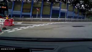 出租车突然右边杀出,越过回旋处直飞