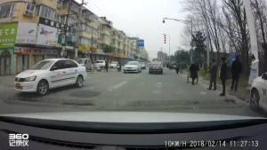 没有红绿灯的路口两车惨撞