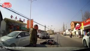 路边白车随意开车门撞翻摩托车
